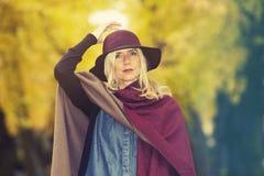Blonde Frau in einem Park im Herbst Lizenzfreie Stockfotografie