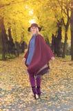 Blonde Frau in einem Park im Herbst Lizenzfreies Stockbild