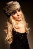 Blonde Frau in einem Pelzhut Stockfotografie