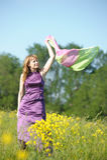 Blonde Frau in einem purpurroten Kleid Lizenzfreies Stockbild