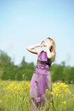 Blonde Frau in einem purpurroten Kleid Lizenzfreie Stockfotos