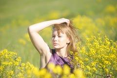 Blonde Frau in einem purpurroten Kleid Lizenzfreies Stockfoto