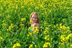 Blonde Frau in einem Rapsfeld Lizenzfreies Stockbild