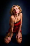 Blonde Frau in einem roten Kleid Lizenzfreie Stockbilder