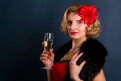 Blonde Frau in einem roten Kleid Lizenzfreie Stockfotografie
