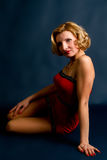 Blonde Frau in einem roten Kleid Stockfoto