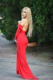 Blonde Frau in einem roten Kleid im Freien Lizenzfreies Stockfoto