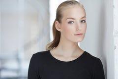 Blonde Frau in einem schwarzen Kleid Lizenzfreie Stockfotografie