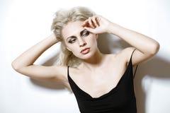 Blonde Frau in einem schwarzen Kleid. Lizenzfreies Stockbild