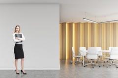 Blonde Frau in einem Sitzungssaal Lizenzfreies Stockbild