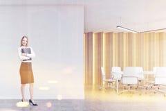 Blonde Frau in einem Sitzungssaal, getont Stockfoto