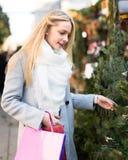 Blonde Frau an einem Weihnachtsmarkt Stockbild
