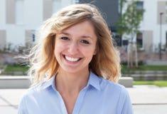 Blonde Frau in einem Wohngebiet Lizenzfreies Stockfoto