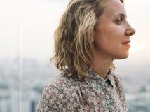 Blonde Frau an einer Dachspitze Stockfotos