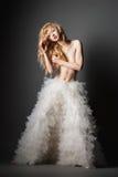 Blonde Frau in einer romantischen Haltung mit weißem Rock Stockfotos