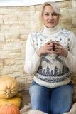 Blonde Frau in einer weißen Strickjacke Lizenzfreies Stockfoto