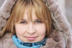 Blonde Frau am eisigen Tag Lizenzfreie Stockfotos