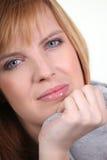 Blonde Frau entspannt Stockfotografie