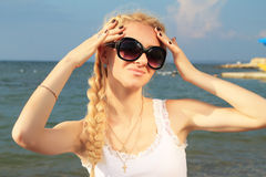 Blonde Frau entspannt sich Stockbild