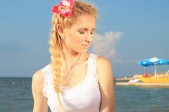 Blonde Frau entspannt sich Lizenzfreie Stockfotos