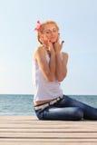 Blonde Frau entspannt sich Lizenzfreies Stockfoto