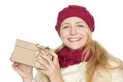 Blonde Frau erhalten ein Geschenk für Weihnachten Stockfotografie