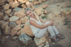 Blonde Frau erstaunlicher Dame in der sexy Aufstellung der hellen weißen stilvollen Kleidung auf Seeseiten-Strandluft Wunderkerze Stockbilder