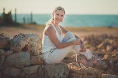 Blonde Frau erstaunlicher Dame in der sexy Aufstellung der hellen weißen stilvollen Kleidung auf Seeseiten-Strandluft Wunderkerze Stockfotografie