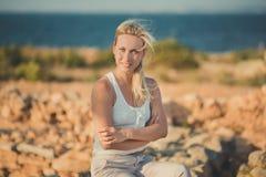 Blonde Frau erstaunlicher Dame in der sexy Aufstellung der hellen weißen stilvollen Kleidung auf Seeseiten-Strandluft Wunderkerze Lizenzfreie Stockfotografie