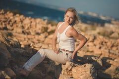 Blonde Frau erstaunlicher Dame in der sexy Aufstellung der hellen weißen stilvollen Kleidung auf Seeseiten-Strandluft Wunderkerze Stockbild