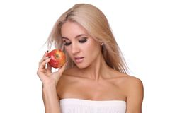 Blonde Frau essen roten Apfel Stockfotografie