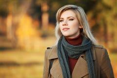Blonde Frau gegen eine Herbstnaturlandschaft Lizenzfreie Stockfotografie