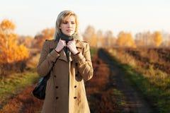 Blonde Frau gegen eine Herbstnaturlandschaft Stockfoto