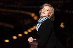 Blonde Frau gegen eine Nachtstadt Lizenzfreie Stockbilder