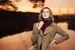 Blonde Frau gegen einen Herbstnaturhintergrund Stockbild