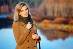 Blonde Frau gegen Herbstnaturlandschaft Lizenzfreie Stockfotos