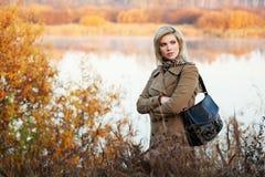 Blonde Frau gegen Herbstnaturlandschaft Lizenzfreies Stockfoto