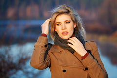Blonde Frau gegen Herbstnaturlandschaft Lizenzfreie Stockbilder