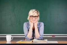 Blonde Frau gegen Tafel Stockbilder