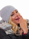 Blonde Frau gekleidet für Winter Stockfotografie