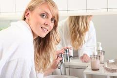 Blonde Frau gekleidet im Bademantel Lizenzfreie Stockfotos