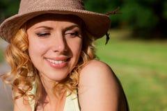 Blonde Frau, gelocktes Haar in der grünen Natur Sonniger Sommer Stockbilder