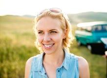 Blonde Frau, gelocktes Haar in der grünen Natur Sonniger Sommer Lizenzfreies Stockfoto