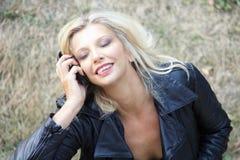 Blonde Frau genießen hörende Musik mit Kopfhörern Stockbilder