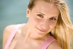 Blonde Frau genießen Sommersonne Lizenzfreies Stockfoto