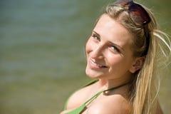 Blonde Frau genießen Sommersonne Lizenzfreie Stockfotografie