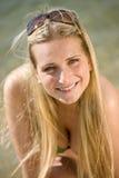 Blonde Frau genießen Sommersonne mit Sonnenbrillen Lizenzfreie Stockfotografie