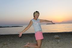 Blonde Frau genießt Sonnenuntergang Stockfotografie