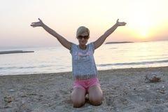 Blonde Frau genießt Sonnenuntergang Stockfoto