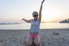 Blonde Frau genießt Sonnenuntergang Stockbild